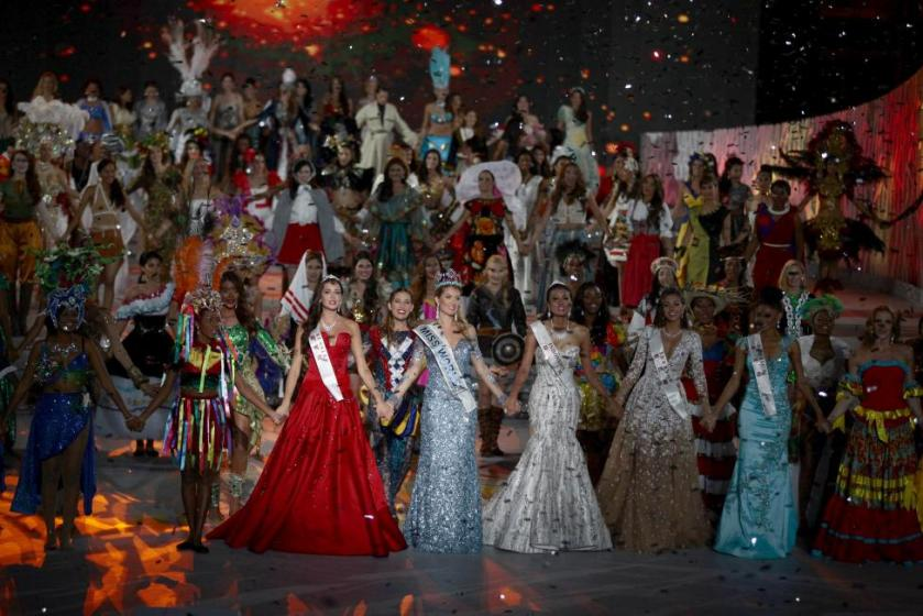 (Front row, 3rd L to 2nd R) Second-placed Miss Russia Sofia Nikitchuk, winner Miss Spain Mireia Lalaguna Royo, third-placed Miss Indonesia Maria Harfanti, Miss Lebanon Valerie Abou Chacra and Miss Jamaica Sanneta Myrie hold hands as they celebrate during the Miss World 2015 pageant in Sanya, Hainan province, China, December 19, 2015. REUTERS/Stringer