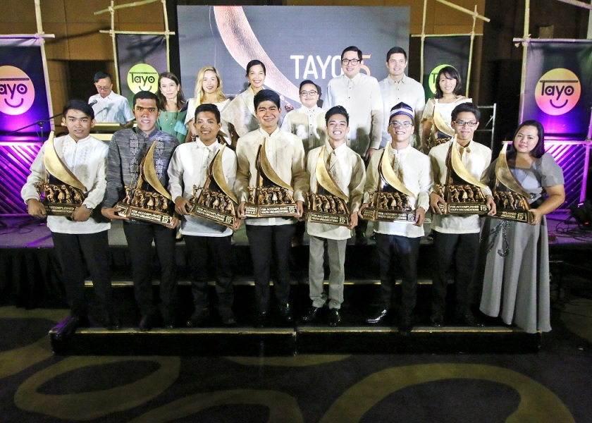 The TAYO Awardees beam with pride as TAYO Awards judges, including (4th from left, back row) Coca-Cola Philippines Public Affairs and Communications Director Jonah De Lumen-Pernia, National Youth Commission Chairman Ice Seguerra, Senator Bam Aquino, and YesPinoy Foundation Chairman Dingdong Dantes, join them on stage.